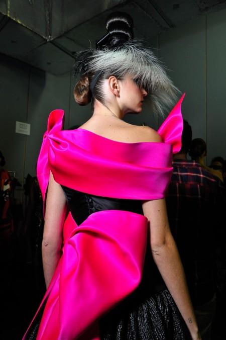 Backstage de André Lima, glamour fluo